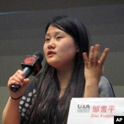 邹雪平介绍她的作品,她拍摄了《饥饿的村子》和《吃饱的村子》两部片子