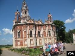 莫斯科郊外的一处东正教堂和信徒。(美国之音白桦拍摄)