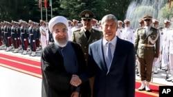 Eron Prezidenti Hasan Ruhoniy (chapda) Qirg'iziston rahbari Almazbek Atambayev bilan, Tehron, Eron, 5-sentabr, 2015-yil.