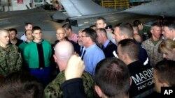 Američki sekretar za odbranu Eš Karter razgovara sa američkim i francuskim snagama na francuskom nosaču aviona Šarl de Gol