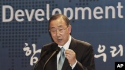 "Sekjen PBB Ban Ki-moon berpidato dalam upacara peresmian ""Development Alliance Korea"", koalisi kelompok-kelompok sipil lokal untuk mempromosikan pengembangan bantuan luar negeri di Kementrian Luar Negeri Korea Selatan, Seoul (13/8)."