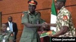 Janar Burutai yana mikawayana mika wa sabon kwamandar rundunar soji dake da hedkwata a N'Djemina wadda zata yaki Boko Haram.