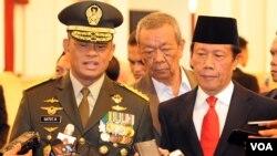 Panglima TNI, Jenderal Gatot Nurmantyo (kiri) mengatakan TNI mengerahkan 100 orang prajurit untuk membangun kembali masjid dan puluhan kios di Tolikara, Papua (foto dok.: VOA/Andylala Waluyo)