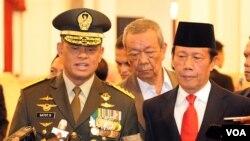 Jenderal Gatot Nurmantyo (kiri) dan Sutiyoso yang baru diangkat sebagai Panglima TNI dan Kepala BIN di Istana Negara (8/7). (VOA/Andylala Waluyo)