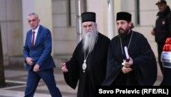 Mitropolit Amfilohije (u sredini) izlazi iz zgrade Vlade Crne Gore u Podgorici, posle razgovora sa premijerom Duškom Markovićem (Foto: RFE/RL/Savo Prelević)