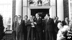 امریکی صدر فورڈ اور سوویت رہنما برژنیف 30 جولائی 1975ء کو مذاکرات کے پہلے دور کے بعد ہیسلنکی کے امریکی سفارت خانے کے باہر ایک دوسرے سے مصافحہ کر رہے ہیں۔