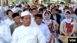 Beberapa warga Jepang (kanan) dari 'Komunitas Jepang Peduli Bencana' ikut menghadiri peringatan 7 tahun bencana tsunami di Banda Aceh (26/12).