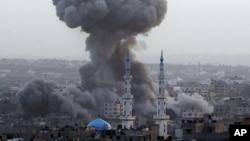 Dim posle izraelskih vazdušnih napada na grad Gazu