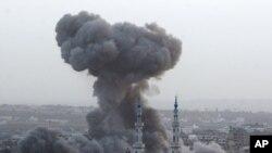 以色列空袭后,加沙城11月17日浓烟滚滚