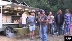 """Mušterije ispred """"Zelenog kamiona"""" koji prodaje organsku hranu"""
