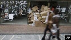 Όγκοι σκουπιδιών συσσωρεύονται στο κέντρο της Αθήνας
