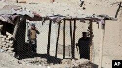Policajci obavljaju istragu ispred biračkog mesta gde je eksplodirala bomba 20. oktobra 2018.
