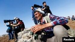 Người Kurd ở Thổ Nhĩ Kỳ quan sát thị trấn Kobani từ 1 ngọn đồi gần biên giới Mursitpinar, ở Suruc, 24/10/2014.