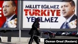 3月21日,一名婦人在土耳其總理埃爾多安的競選海報前走過。