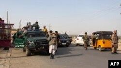 نیروهای امنیتی افغانستان در حال گشت زنی در قندوز؛ در حالی که در بخش های دیگری از آن شهر در حال نبرد با شورشیان طالبان هستند - ۶ مهر ۱۳۹۴