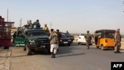 阿富汗保安部队士兵在东北部昆都士省巡逻 (2015年9月28日)