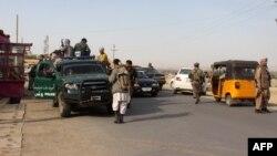 Lực lượng an ninh Afghanistan trong một cuộc tuần tra giữa lúc giao tranh đang diễn ra giữa các tay súng Taliban và lực lượng an ninh Afghanistan ở Kunduz, ngày 28/9/2015.