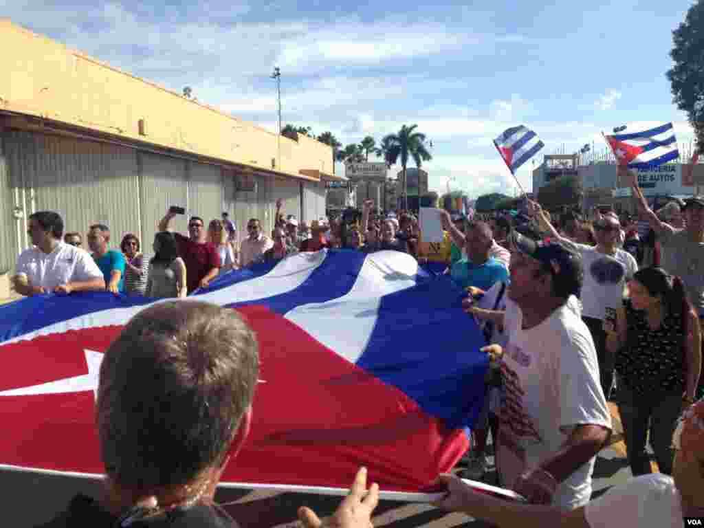 """Algarabía compartida en una manifestación espontánea en """"La pequeña Habana"""" en Miami por muerte de Fidel Castro. [Foto: José Pernalete, VOA]."""