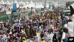 """Para jemaah haji dan para petugas medis di lokasi tragedi """"desak-desakan"""" di Mina, Arab Saudi 24 September lalu (foto: dok)."""
