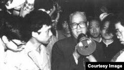 六四镇压前赵紫阳到天安门广场含泪劝说示威学生撤离。(资料图片)