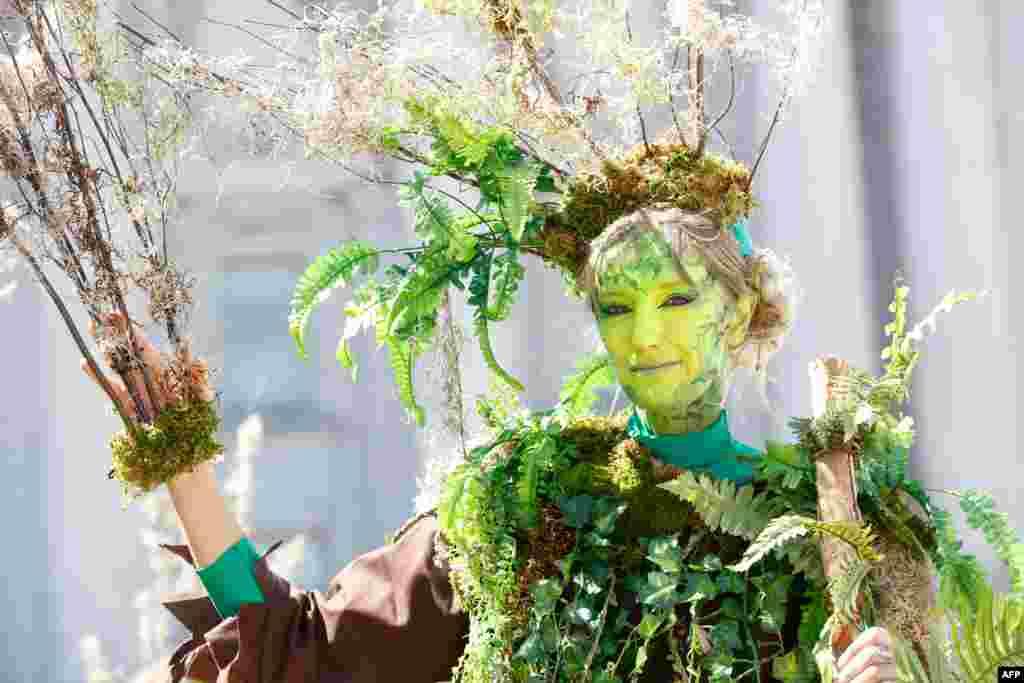 یک زن با لباسی نمادین به شکل درخت، در یک راهپیمایی در سانفرانسیسکو که برای آگاهی رسانی در زمینه تغییرات اقلیمی در جهان برگزار شد.
