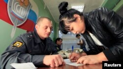 Dinas imigrasi Rusia melakukan pemeriksaan terhadap seorang imigran asal Asia (foto: Ilustrasi). Imigrasi Rusia menyatakan 2 wartawan AS melanggar aturan visa.