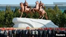 지난달 14일 북한 주민들이 사망한 김일성 주석의 생일을 하루 앞두고, 평양 만수대에서 김일성과 김정은 동장에 절하고 있다.