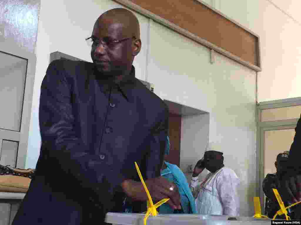 """Opérations de vote au bureau numéro 1 de Niamey. Pas de grande affluence aux premières heures du scrutin dans de nombreux bureaux de vote à travers le pays. Selon Boubé Ibrahim, le président de la CENI, """"tout se passe normalement"""". Niamey, Niger, le 20 mars 2016."""