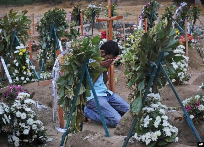 Un familiar de una de las víctimas de los ataques del Domingo de Pascua en Sri Lanka, visita el cementerio luego de la misa televisada de este domingo 28 de abril de 2019, pronunciada por el arzobispo de la nación Malcolm Ranjith, en Negombo.