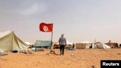 Un protestataire marche près de sa tente lors d'un sit-in à El-Kamour, près de la ville de Tatouine, en Tunisie, le 11 mai 2017.