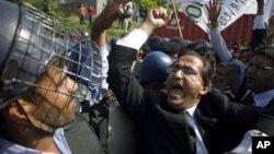 파키스탄 수도 이슬라마바드에서 반미 시위를 제지하는 경찰과 대치하며 반미 구호를 외치는 변호사