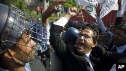 Các luật sư biểu tình ở Islamabad, Paksitan, hô khẩu hiệu bài Mỹ, ngày 28/9/2012.