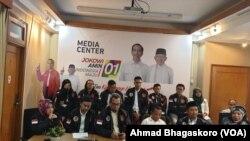 "Sejumlah pemuda mendeklarasikan diri sebagai ""Jubir Milenial"" pasangan Joko Widodo-Ma;ruf Amin di Posko Cemara, Jakarta, Selasa (26/2/2019) (foto: VOA/Sasmito Madrim)"