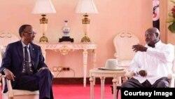 Rais Paul Kagame (kushoto) and Rais Yoweri Museveni