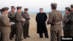 Lãnh tụ Triều Tiên Kim Jong Un thanh sát một vụ thử nghiệm vũ khí công nghệ cao mới chế tạo (ảnh được thông tấn xã trung ương Triều Tiên KCNA công bố ngày 16/11/2018)