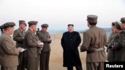 金正恩視察新開發的戰術武器試驗(北韓朝中社照片)