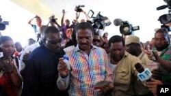 Jude Celestin, kandida alaprezidans peyi D Ayiti sou pati politik LAPEH pandan li tap vote nan eleksyon oktòb 2015. (Foto: Pòtoprens, Ayiti, 25 oktòb 2015.)