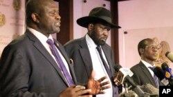 Le Sud-soudanais Riek Machar,à gauche et Salva Kiir, le président du Soudan du sud, et James Wani Igga, en conférence de presse à Juba, Soudan du sud, le 8 juillet 2016.