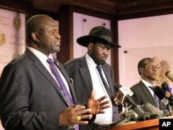 South Sudan Riek Machar (left), South Sudan President Salva Kiir, and James Wani Igga, Vice president hold a press conference at Presidential palace in Juba, South Sudan, July 8, 2016.