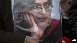 Chân dung của nhà báo bị sát hại Anna Politkovskaya trong một cuộc biểu tình ở trung tâm thành phố Moscow.