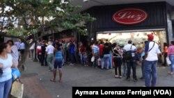 Los venezolanos invierten hasta cinco horas al día en largas filas para comprar comida.