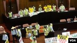 反核民間團體包圍立法院(美國之音楊晨拍攝)