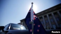 一輛掛有新西蘭國旗的轎車停在北京人大會堂前等待新西蘭總理阿德恩。(2019年4月1日)