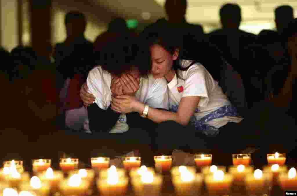 Thân nhân của hành khách Trung Quốc trên chuyến bay Malaysia mất tích bật khóc trong buổi thắp nến cầu nguyện tại Lido Hotel ở Bắc Kinh, ngày 8/4/2014.