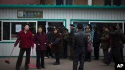 지난 달 15일 평양의 한 음식매대 앞에 줄을 선 사람들.