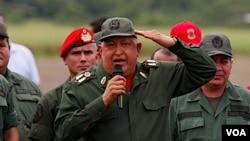 El presidente Hugo Chávez juramentó a los miembros de la Guardia del Pueblo en una plaza de Caracas.