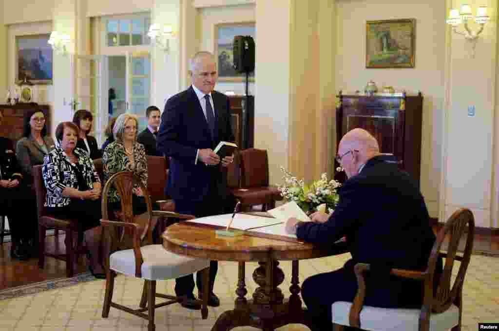 Malcolm Turnbull is sworn in as Australia's 29th prime minister by Australia's Governor-General Peter Cosgrove (right) at Government House in Canberra, Sept. 15, 2015.