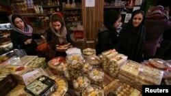 İranlı müştərilər Yalda bayramı üçün şirniyyat alarkən.