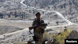 یو افغان سرتیری د پکتیکا ایالت په سرحدي سیمه کې د گزمی پر حال.