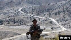 سرحد کے قریب تعینات ایک پاکستانی اہلکار (فائل فوٹو)